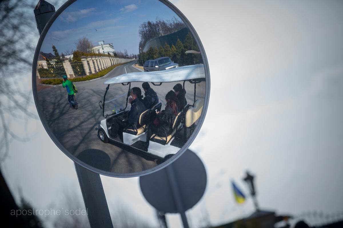 Активисты, работающие в бывшей усадьбе Януковича, изо всех сил пытаются сохранить имущество