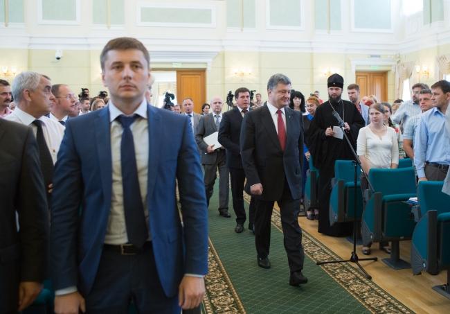 Петр Порошенко встретился с людьми, помогающими бойцам в зоне АТО