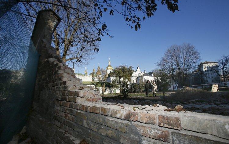 Эксперты назвали предварительную причину обрушения стен заповедника