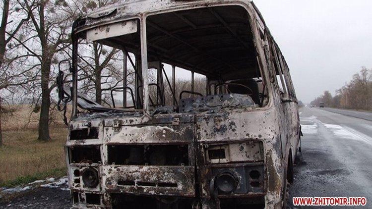 ВЖитомирской области среди дороги зажегся ритуальный автобус сгробом