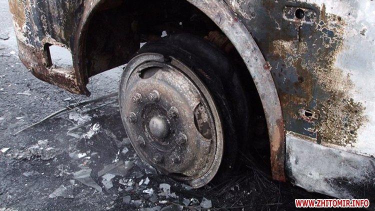 НаЖитомирщині натрасі загорівся ритуальний автобус зтруною