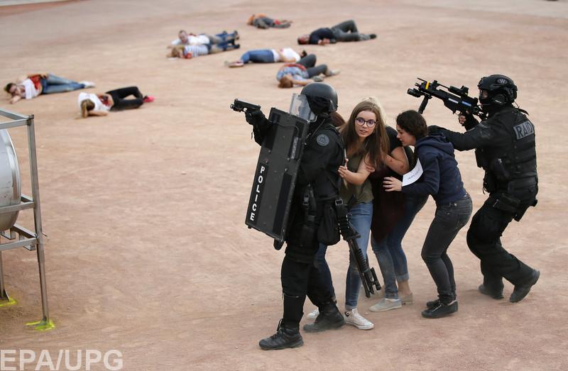 Полиция предпринимает беспрецедентные меры безопасности, чтобы уберечь футболистов и болельщиков от террористов