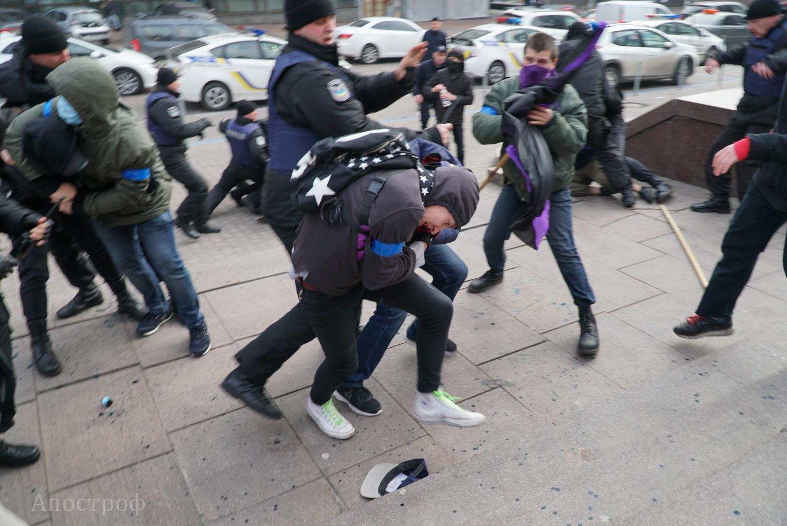 Несколько неизвестных попытались облить зеленкой активистов заправа женщин вКиеве