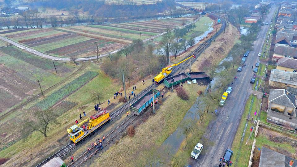 На Закарпатье поезд сошел с рельсов: фото и видео с высоты птичьего полета