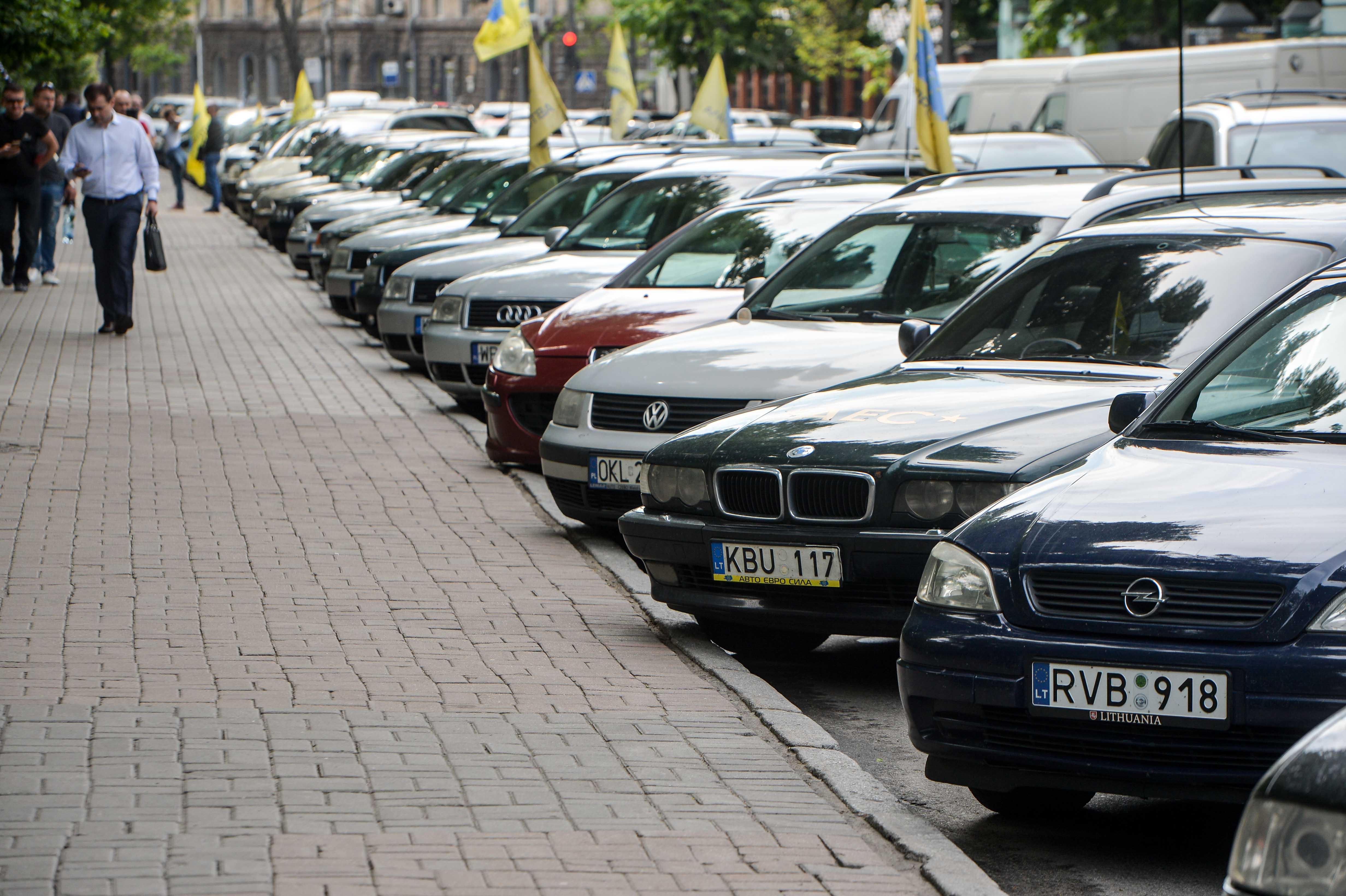 Владельцы автомобилей с еврономерами пикетировали правительственный квартал