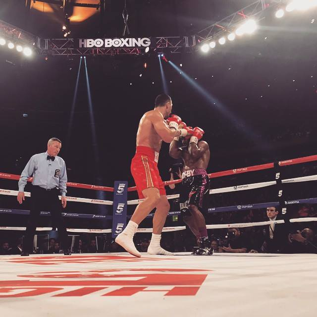 Чемпион мира в супертяжелом весе выиграл у американца по очкам