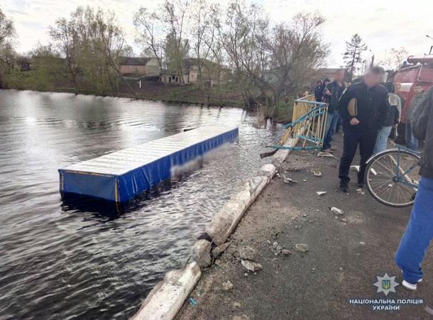 ВЧерниговской области фура вылетела вреку, есть погибшие