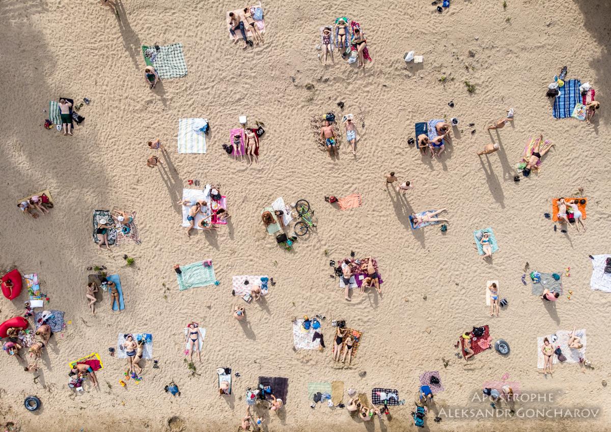 Жители Киева спасаются от жары возле водоемов