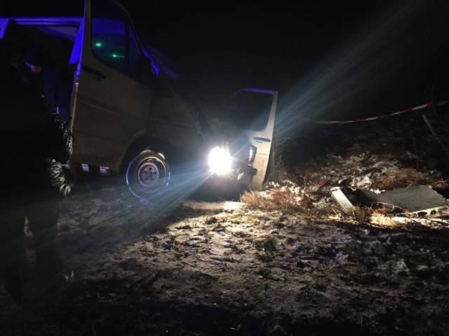 ВоЛьвовской области злоумышленники намикроавтобусе протаранили полицейскую машину