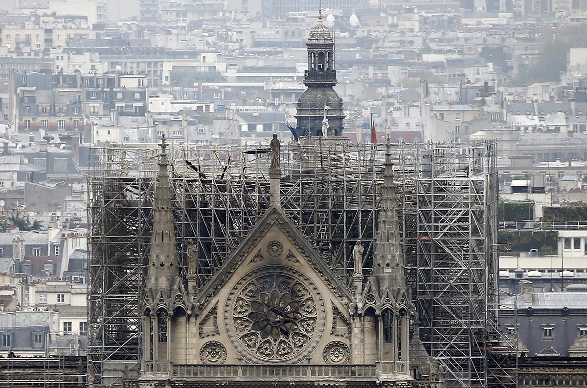 Из-за сильного ветра в Париже, пожарные далеко не сразу смогли побороть пламя