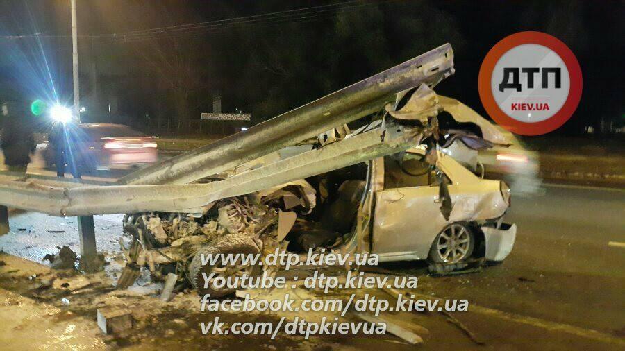 Тяжелое ДТП вКиеве: иномарку разорвало оботбойник