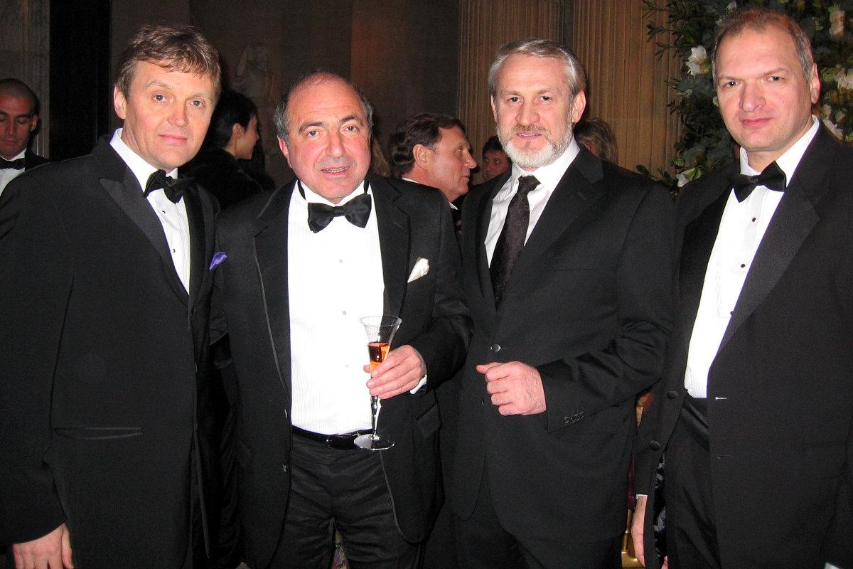 Слева направо: Александр Литвиненко, Борис Березовский, Ахмед Закаев и Юрий Фельштинский во время празднования 60-летия Березовского 23 января 2006 года Фото из личного архива Юрия Фельштинского