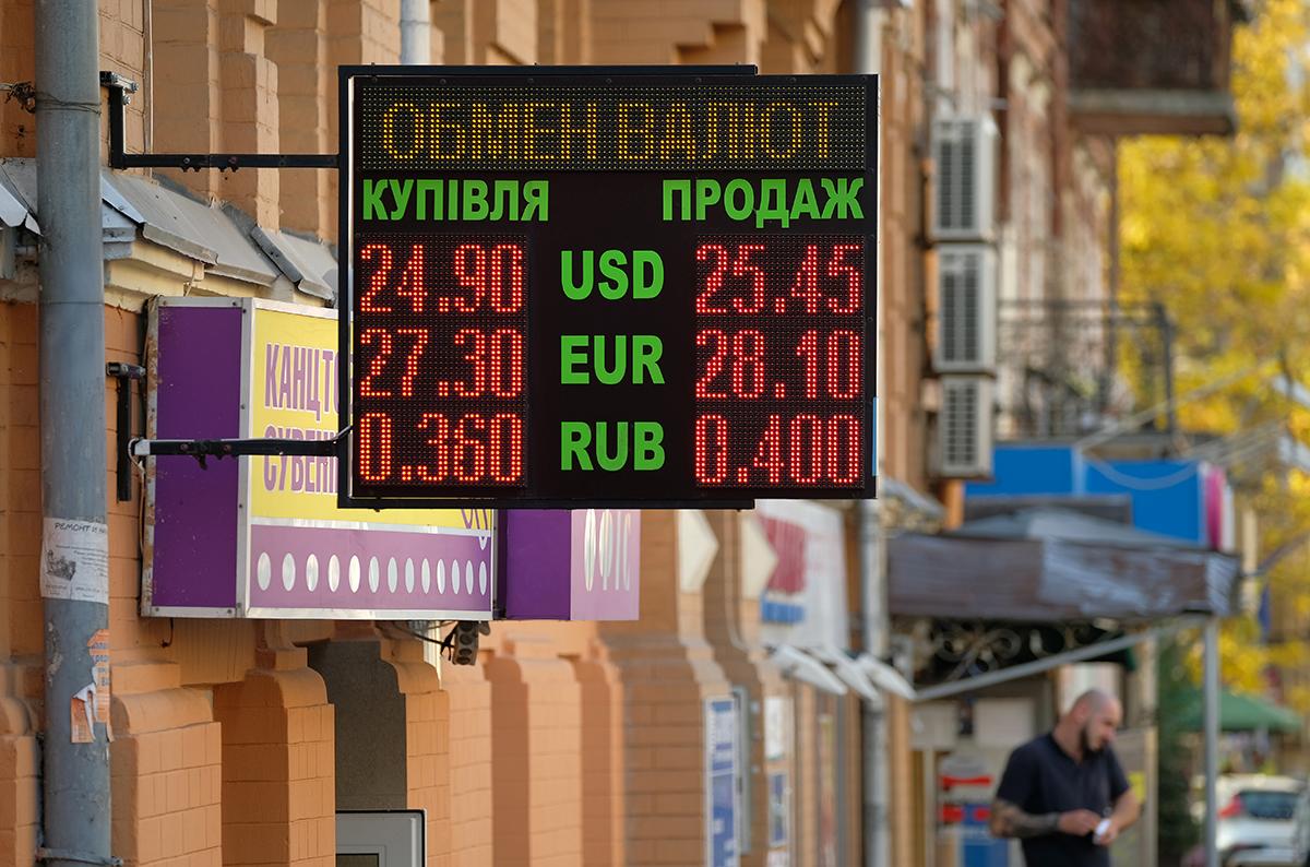 Національна валюта вкрай чутлива до зовнішніх чинників