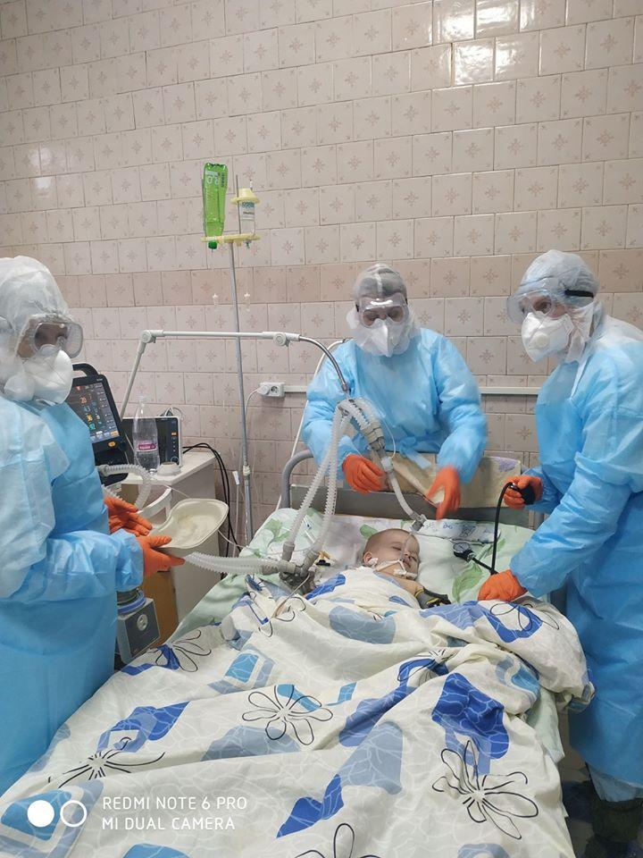 Кормят через зонд: появились фото и детали борьбы за жизнь больного коронавирусом ребенка под Винницей