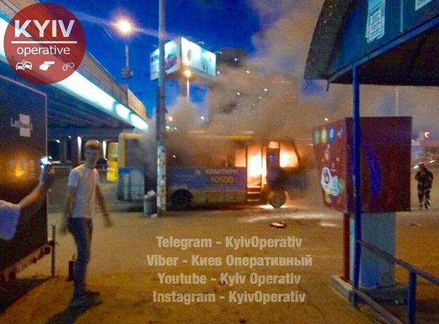 УКиєві спалахнула маршрутка: опубліковані фото і відео з місця пожежі