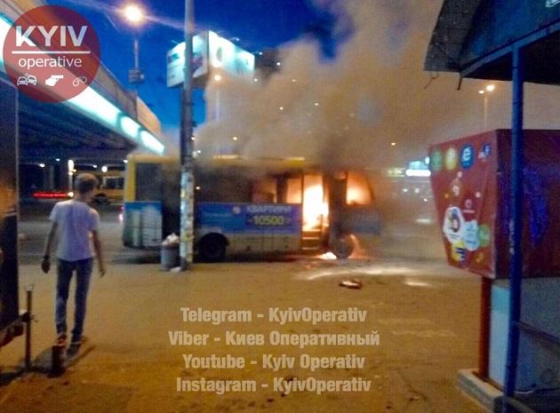 УКиєві біля метро «Харківська» спалахнув пасажирський автобус