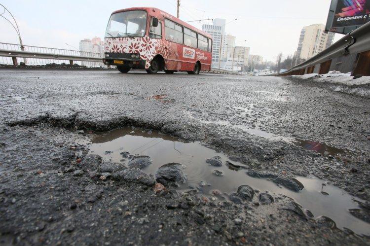Чиновники обвиняют климатические условия в уничтожении дорог в Украине