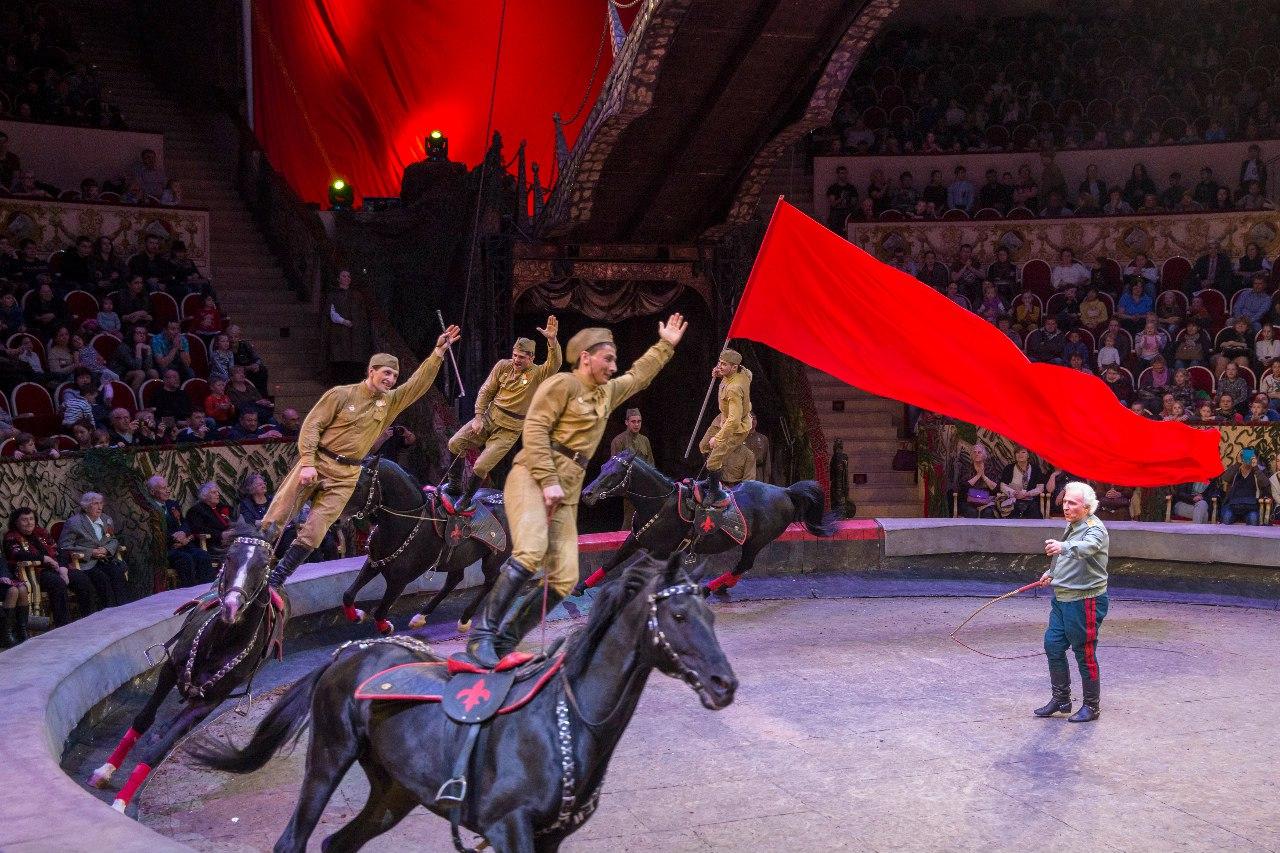 Как блогеры отреагировали на представление с красноармейцами-гимнастами и гиббоном-немцем