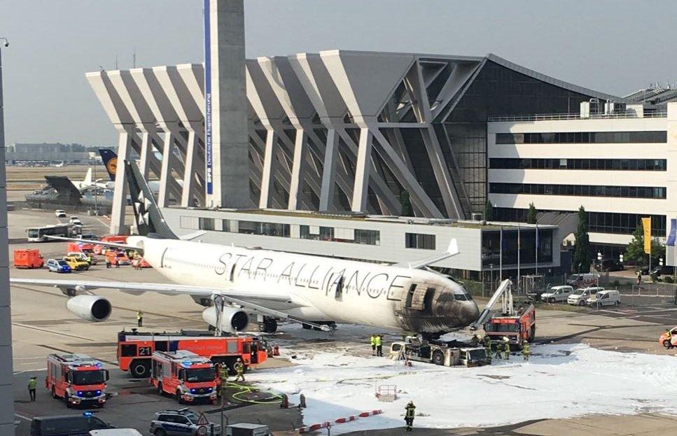 Ваэропорту Франкфурта из-за тягача зажегся  пассажирский самолет, есть пострадавшие