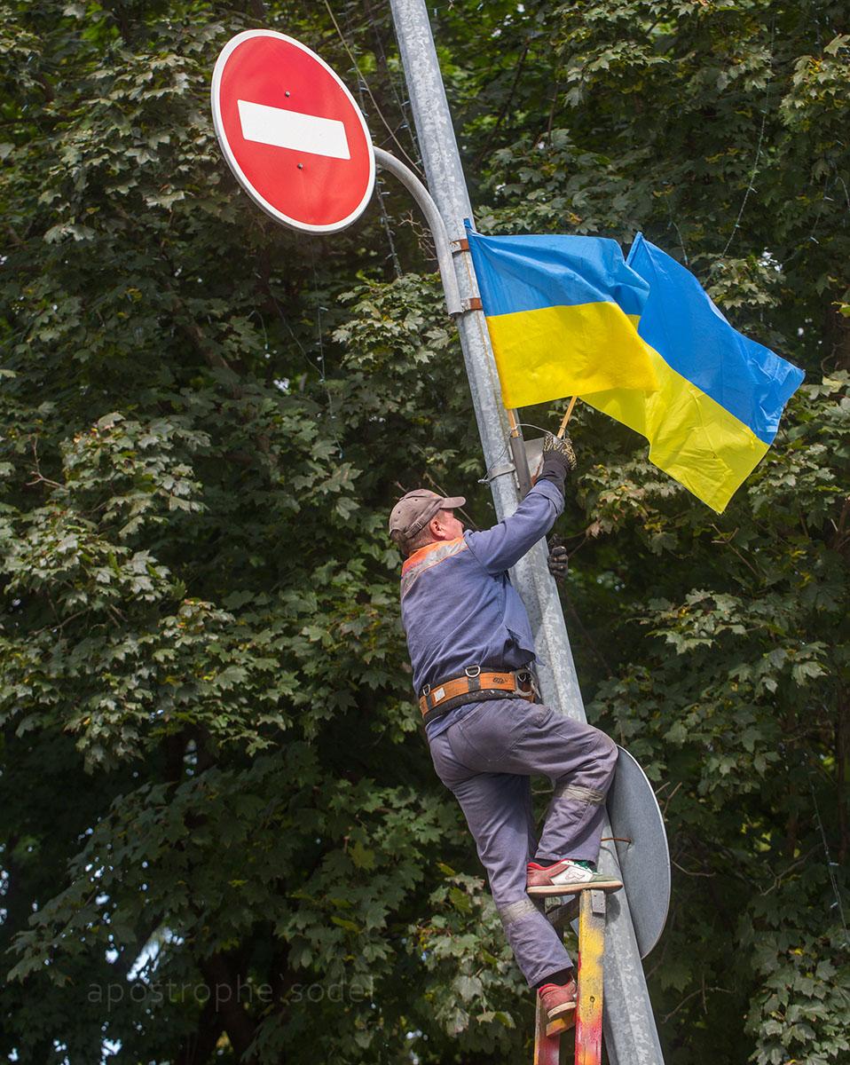Как пользователи соцсетей отметили государственный праздник украинского флага