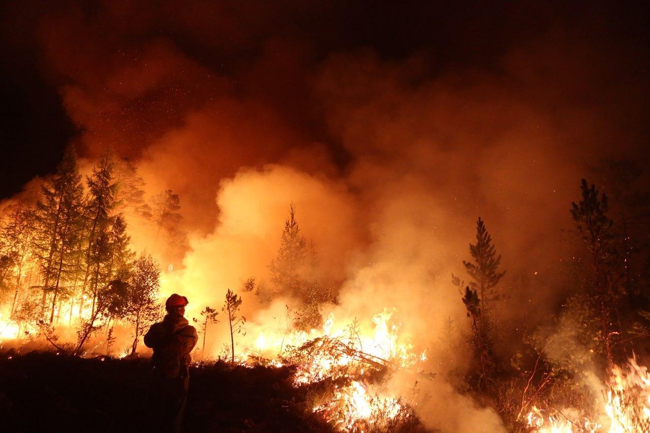 Пожар, который было вредно гасить, теперь останавливают молитвами
