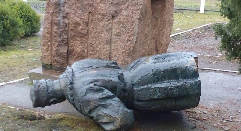 Генерала сбили сног: наЧерниговщине повалили монумент НКВДисту