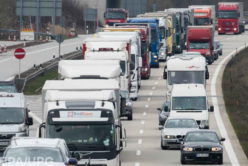 Правительство решило ввести платный проезд по дорогам для больших грузовиков