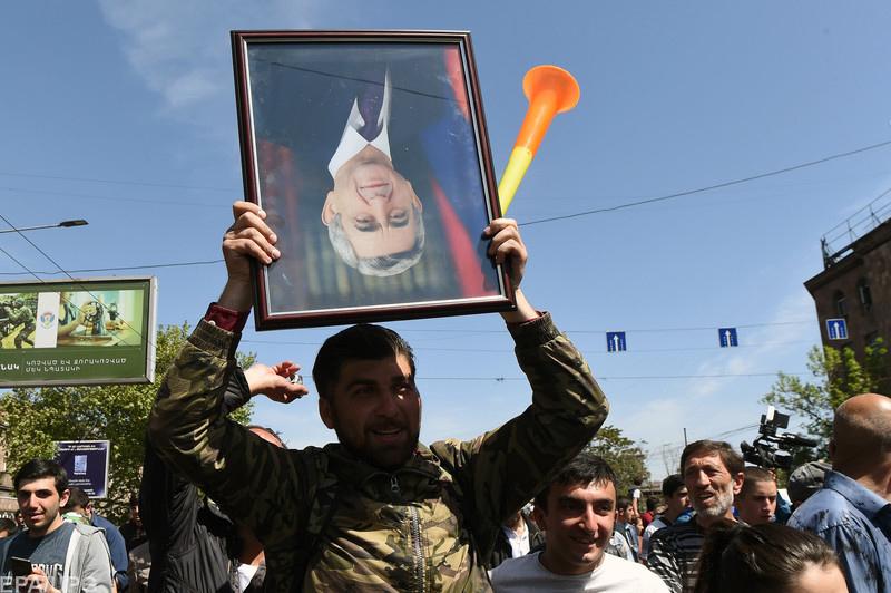О многотысячных митингах в Армении и отставке премьера