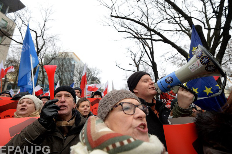 Оппозиция и власть вывели своих сторонников на митинги
