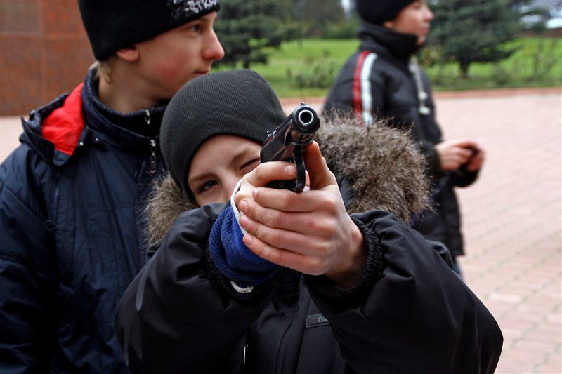 В парламенте предлагают ввести уголовную ответственность за вербовку детей в военные формирования