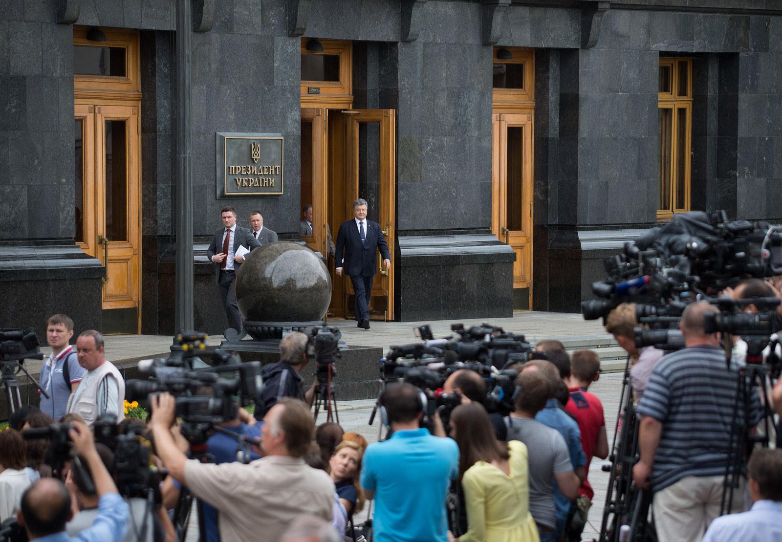 На Банковой думают, как решить проблемы с рейтингом Порошенко