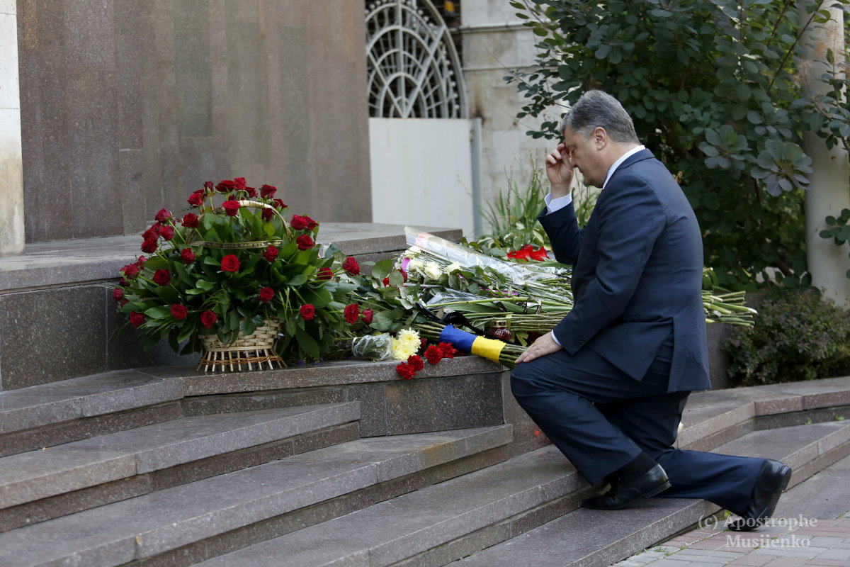 Возложить цветы к посольству Франции прибыл и президент Петр Порошенко