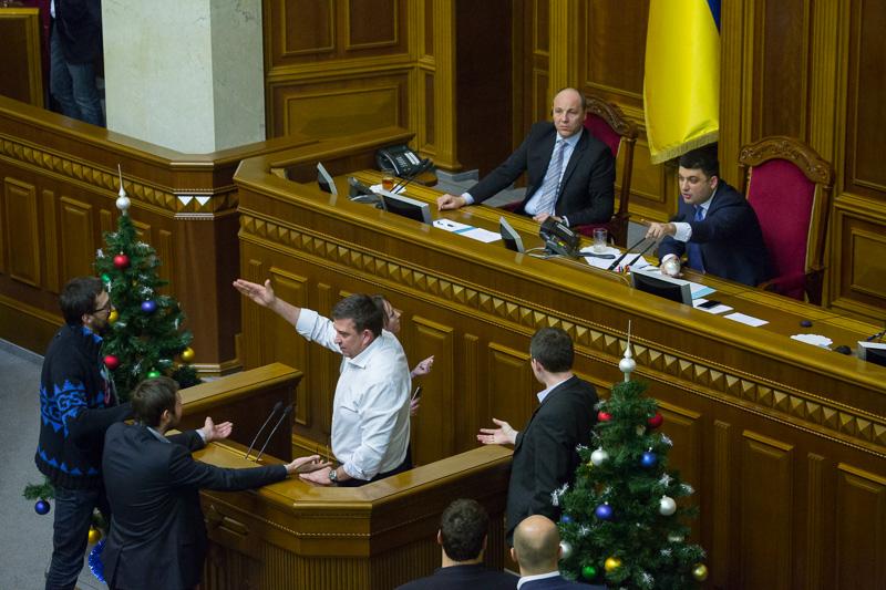 Несмотря на успешное начало работы Верховной рады VIII созыва, в 2015 году будущее парламента может оказаться под угрозой