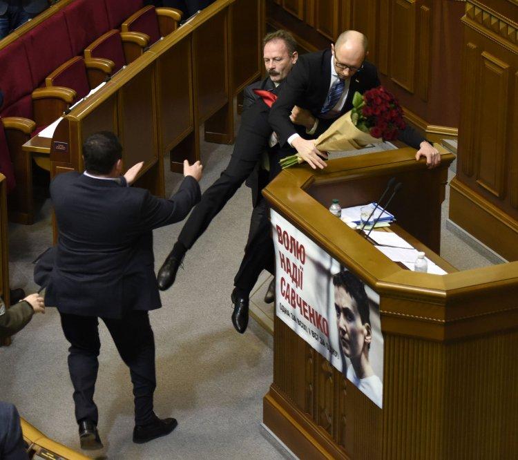 Как пользователи соцсетей реагировали на выступление Арсения Яценюка перед парламентом и стычку с ним