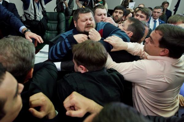 Заседание Киевсовета сопровождалось потасовками и столкновениями с милицией