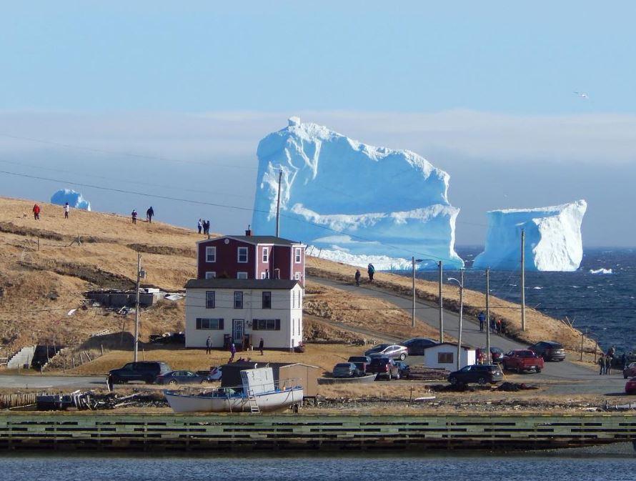 В 400 милях от Ньюфаундленда затонул Титаник, который не успел разминуться с одним из айсбергов