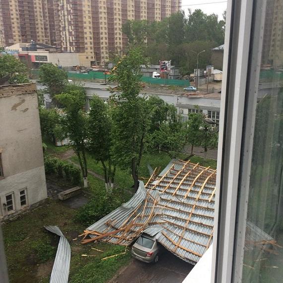 СМИ исоцсети говорили о последствиях урагана в столицеРФ