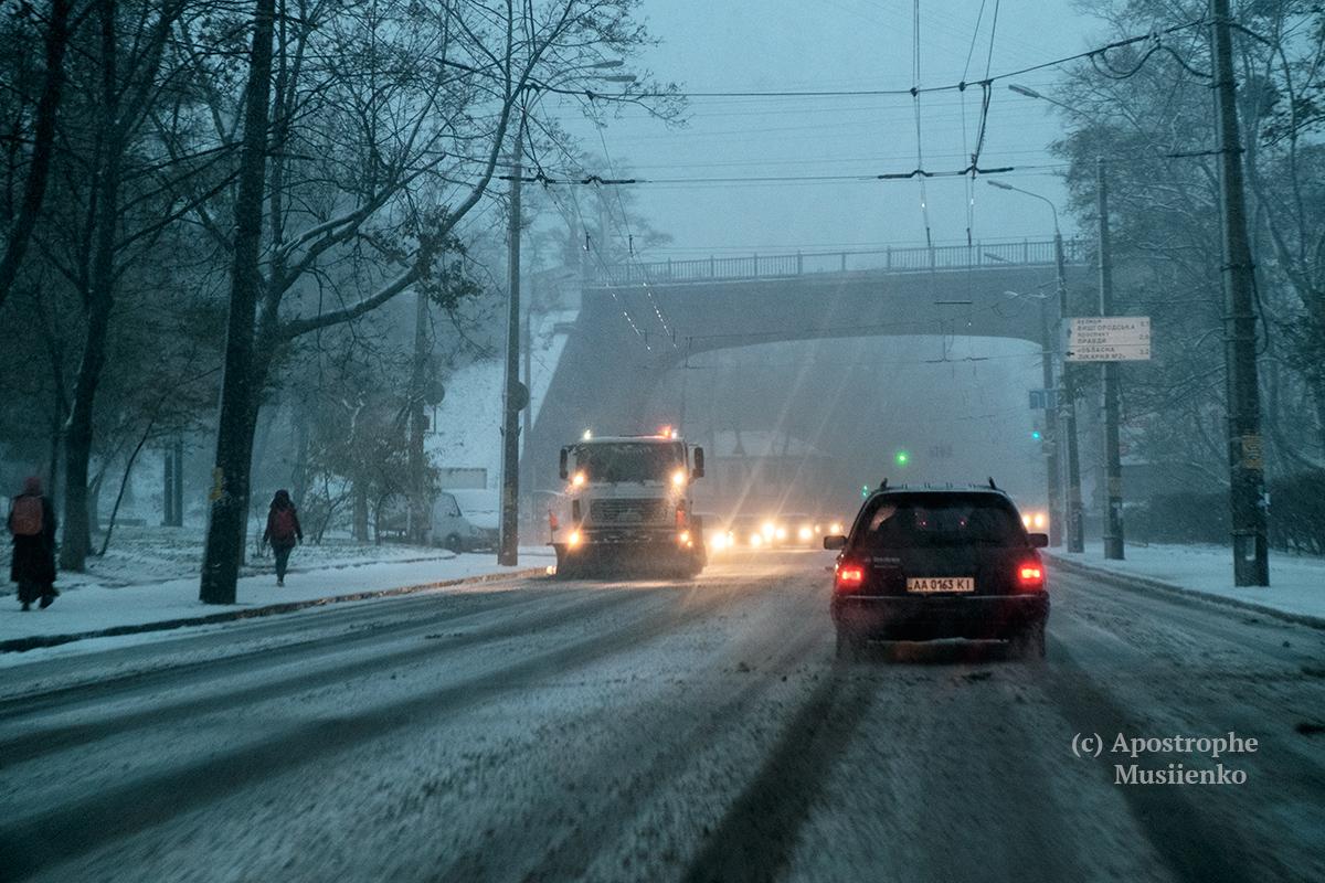 Киев ночью накроет сильная метель: водителей просят неоставлять машины на трассах