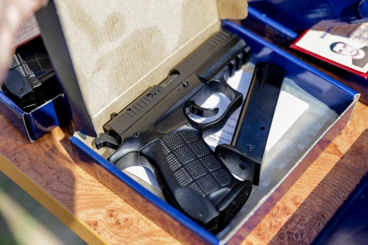 В стране около 50 тысяч чиновников получили наградное оружие