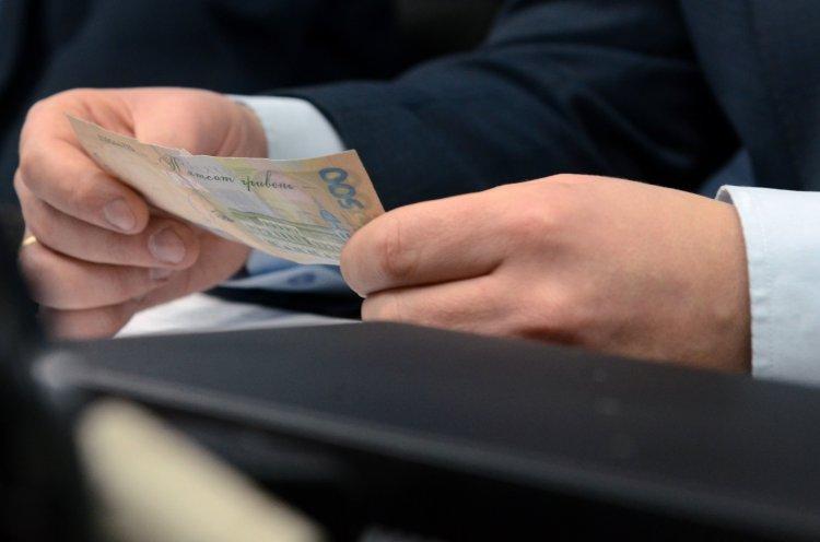 Как снижение ставки ЕСВ сказалось на заработках украинцев