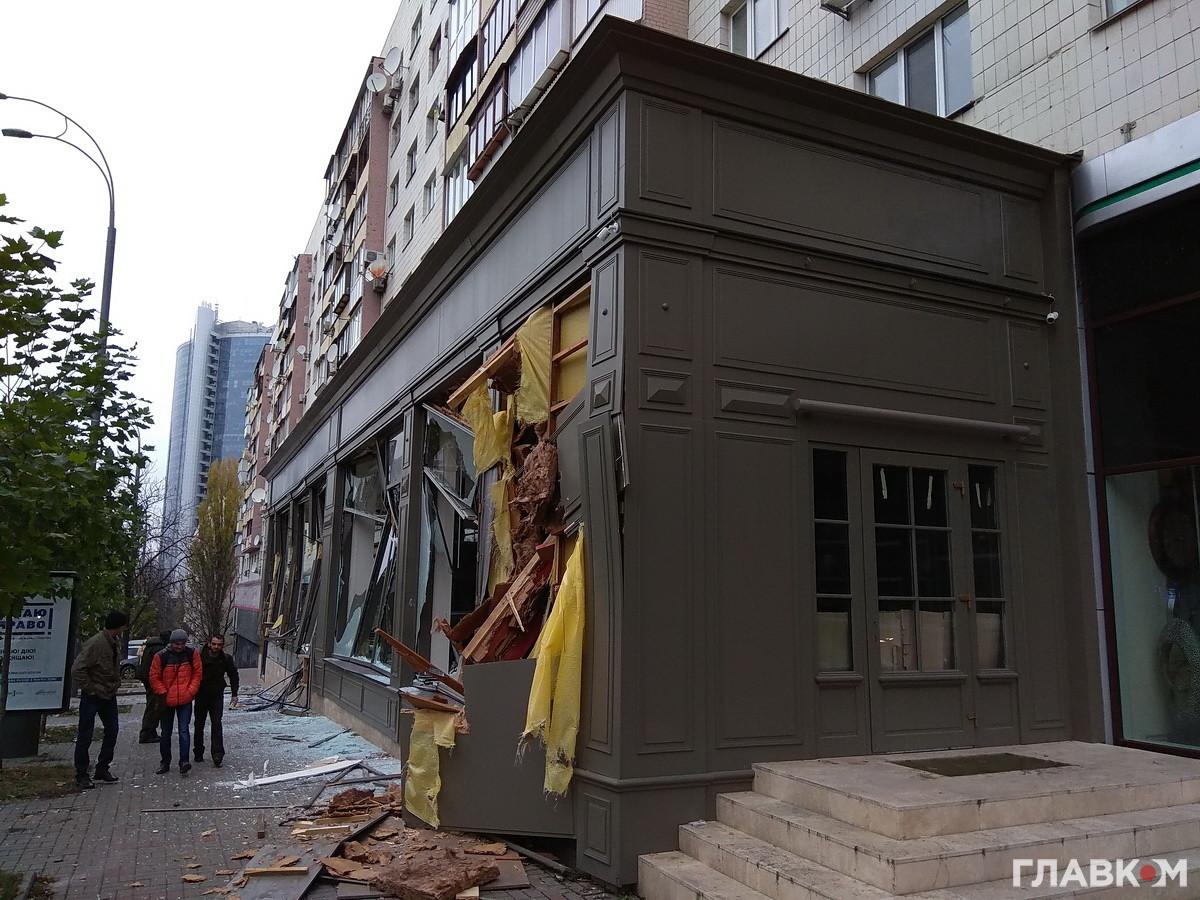 Уцентрі Києва невідомі наекскаваторі зруйнували меблевий магазин