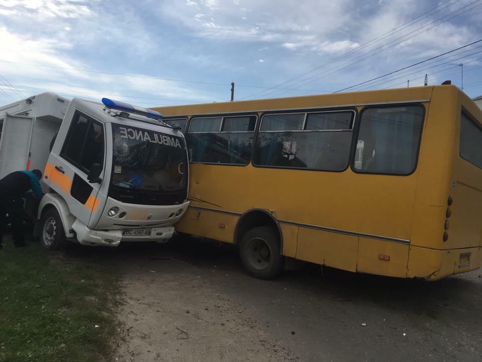 П'яний водій автобуса в'їхав у«швидку», є постраждалі
