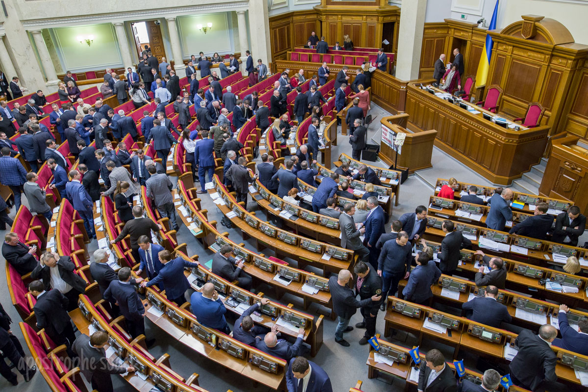 Политические распри замедляют движение Украины на Запад и отдают в руки Москвы