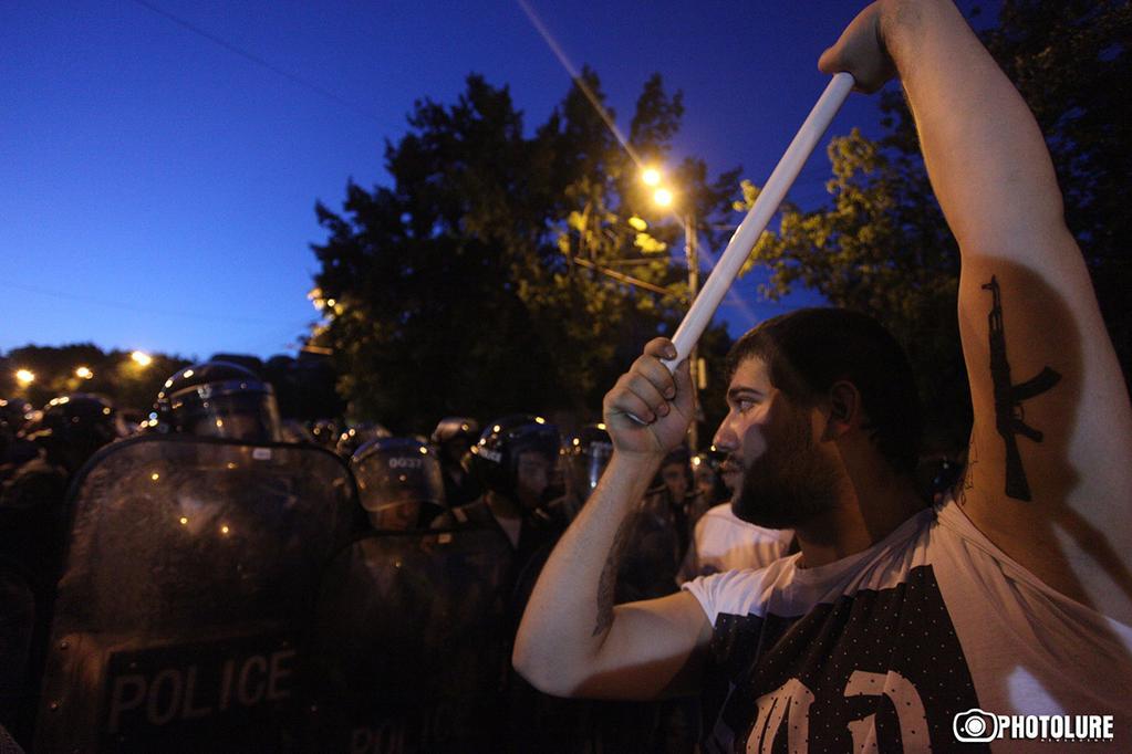 В армянских городах уже звучат политические лозунги