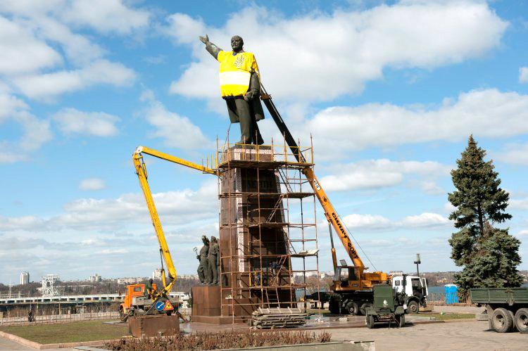 Блогеры с иронией комментировали длительный демонтаж памятника Ленину в Запорожье
