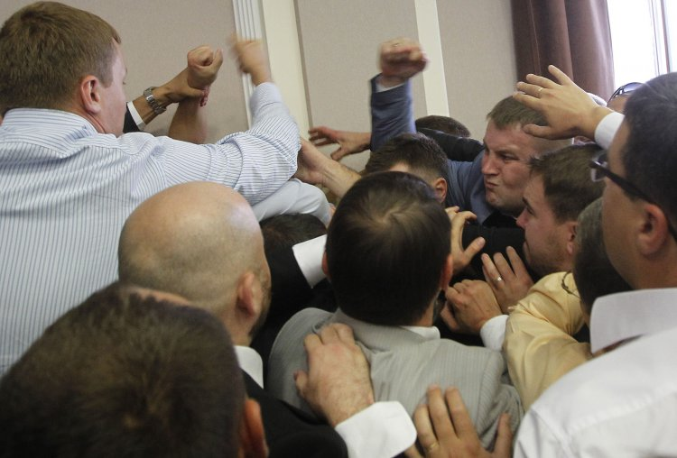 После крупной потасовки депутаты Киевсовета приняли решения о помощи бойцам АТО и запрете салютов