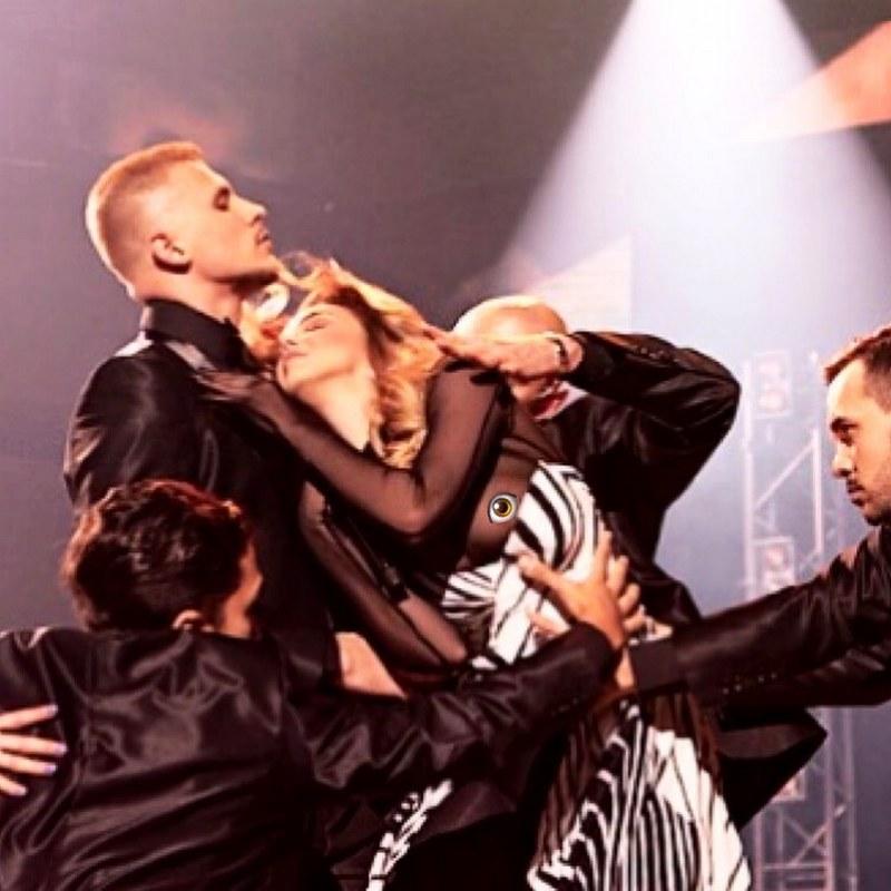 Українська співачка випадково оголила груди прямо під час свого виступу. Фото 18+
