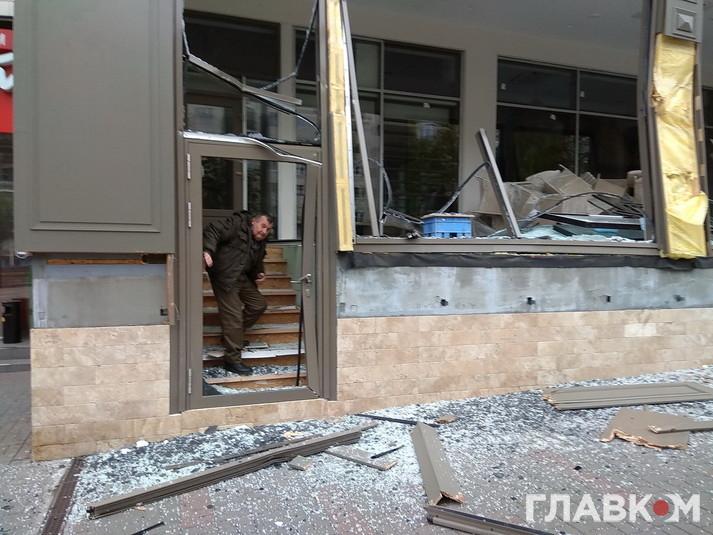 Неизвестные разгромили экскаватором магазин вцентре столицы