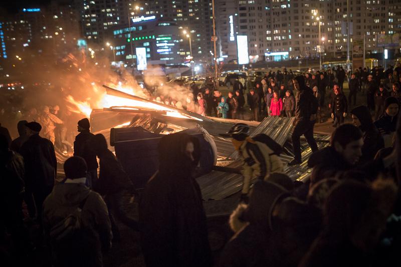 В Киеве у станции метро «Осокорки» протестующие разнесли стройплощадку торгово-развлекательного центра