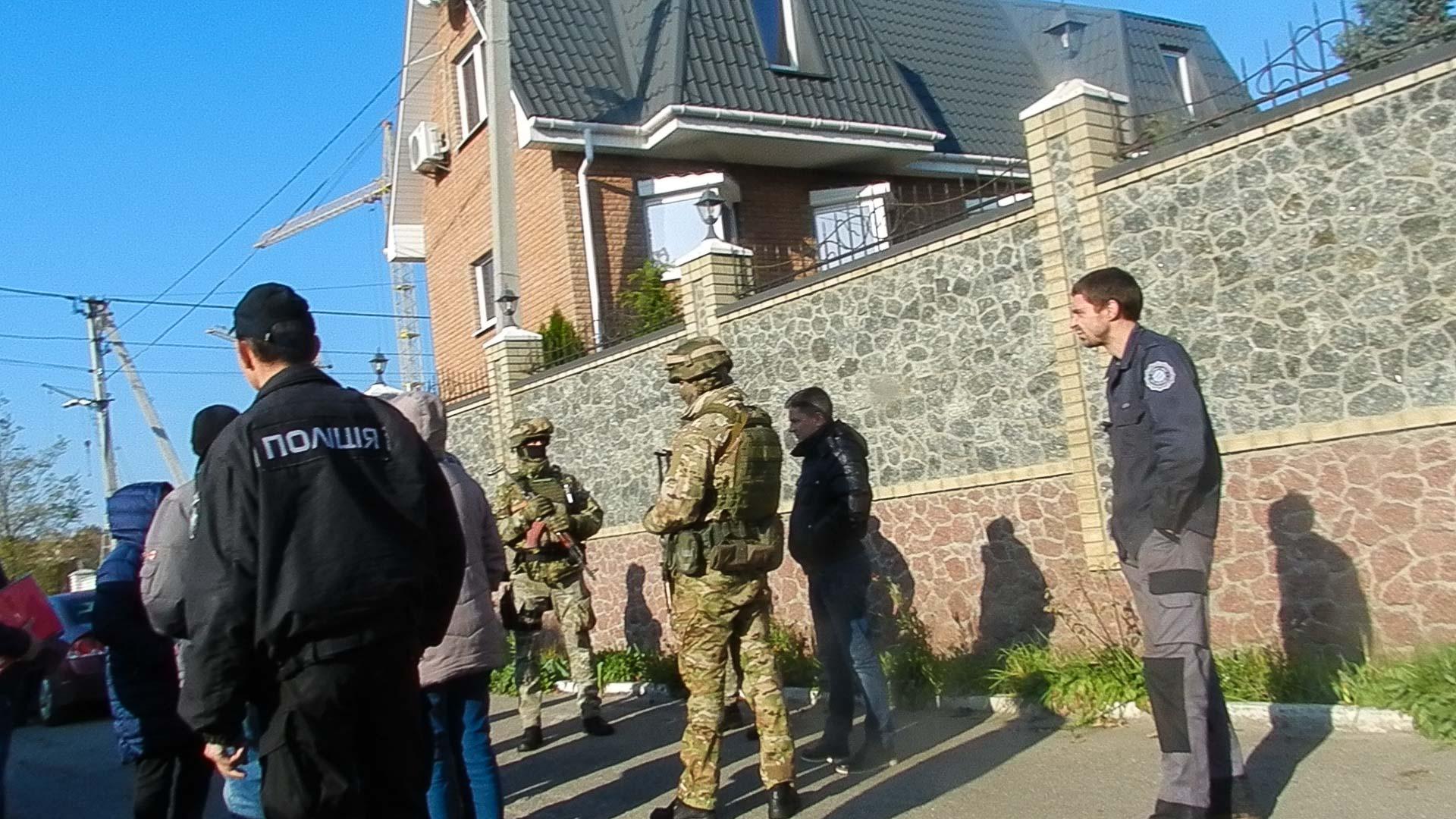 К людям, протестующим против противоправного строительства в селе под Киевом, нагрянули силовики с автоматами